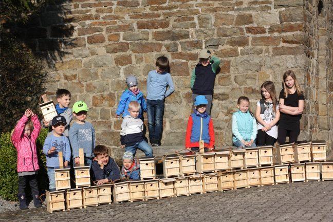 Gruppenfoto Meierberger Kinder mit gebauten Nistkästen